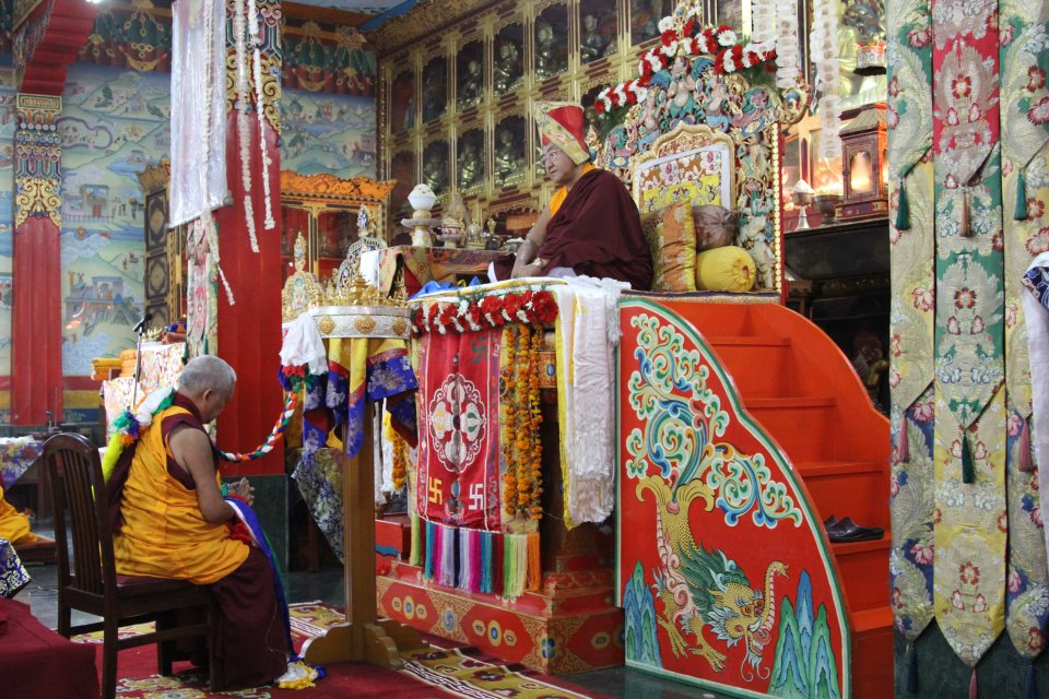 Лама Сопа Ринпоче подносит мандалу Его Святейшеству Сакья Тризину Ринпоче
