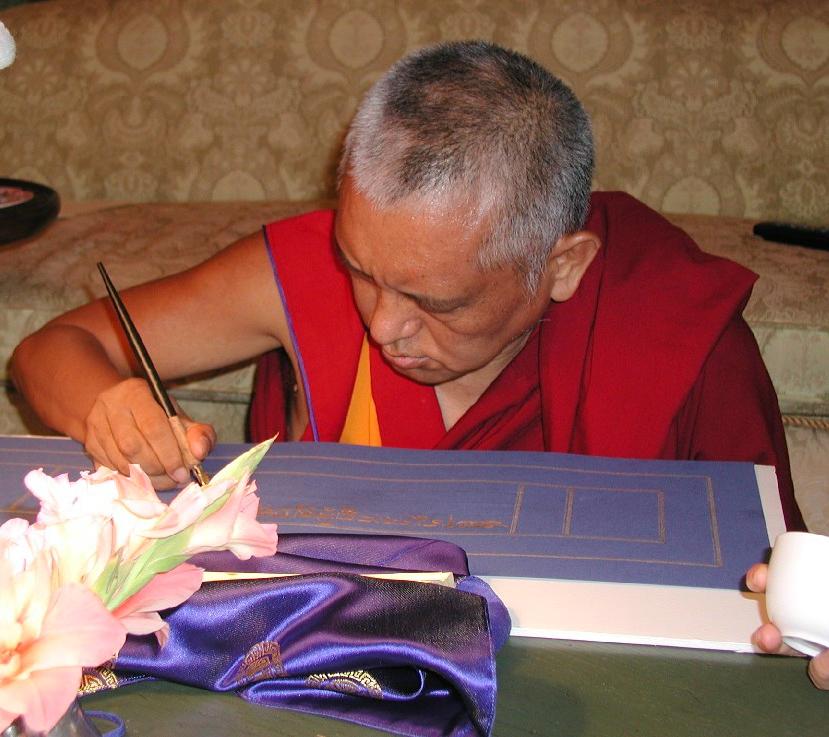 Лама Сопа Ринпоче переписывает Сангхата-сутру золотом